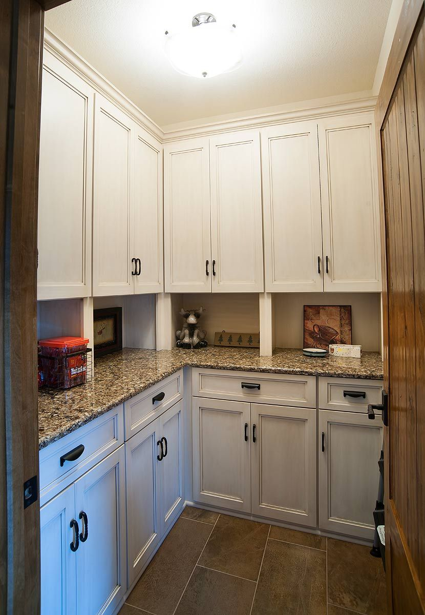 Gabinetes De Cocina En Boulder Co - The vanderburgh vintage maple adds a touch of class to any kitchen configuration shown here with crown molding refrigerator enclosure pantry cab