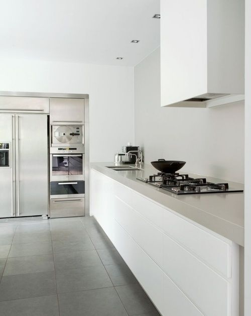 Strakke En Minimalistische Keuken Met Mooie Oplossing Voor Wegwerken Schouwkap Kuchen Design Haus Kuchen Kuchen Design Ideen