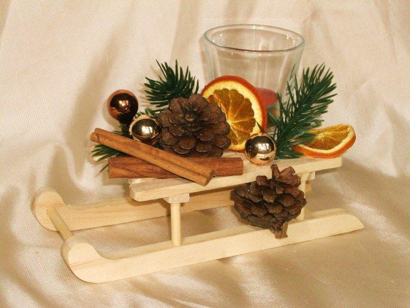 Ein weihnachtlich rustikales mini gesteck f r die stimmungsvolle tischdeko in naturt nen super - Weihnachtsdeko tisch basteln ...