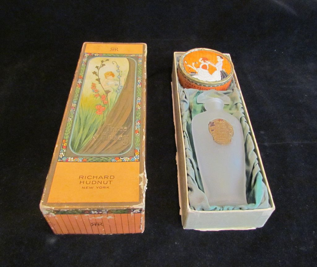 This is a wonderful and rare antique 1920's Richard Hudnut Three Flowers boxed gift set, with perfume bottle and powder box. It's in great condition, with clear and vibrant graphics; only some wear to
