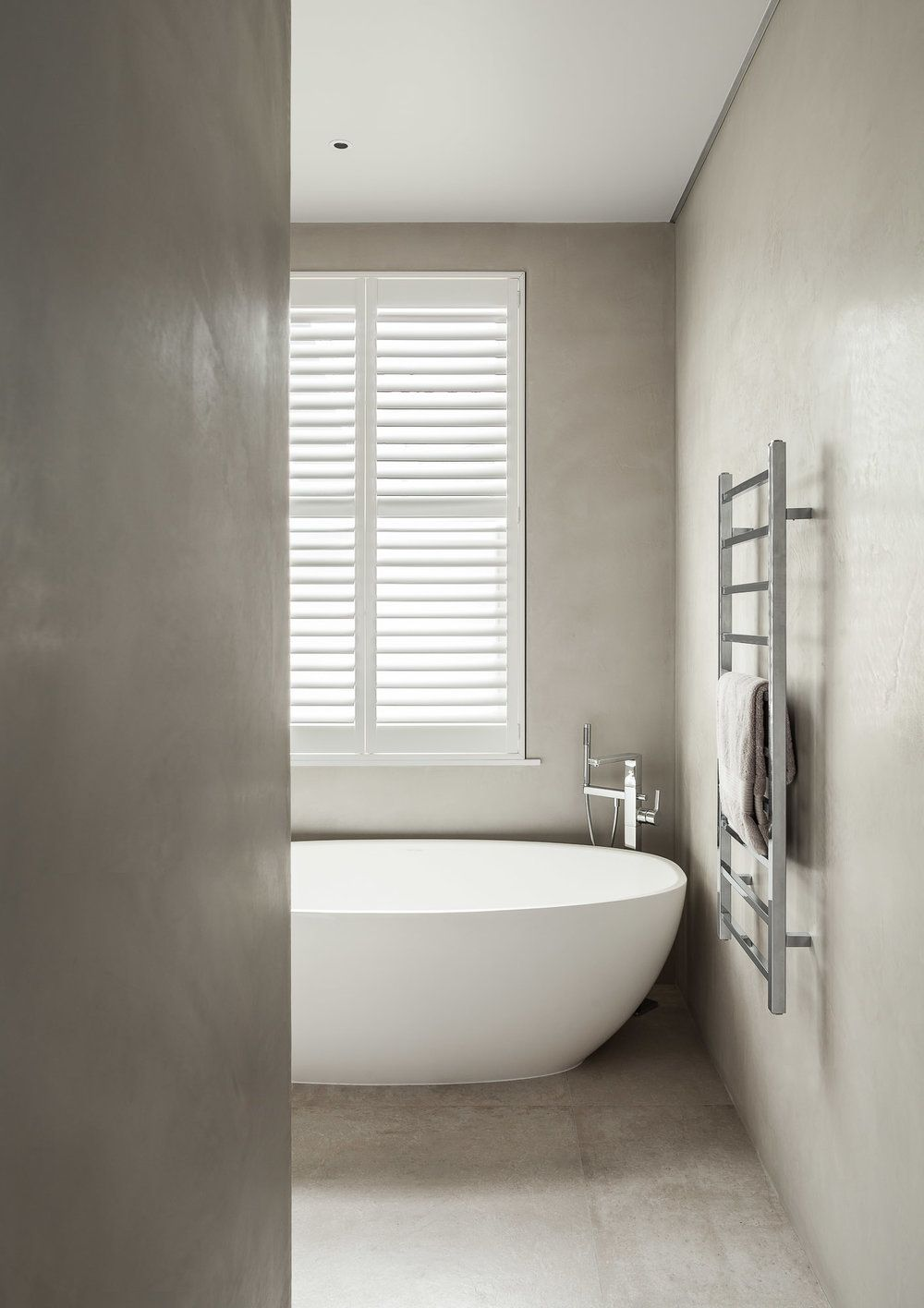 Ensuite bathroom, polished plaster wall coverings and heated towel ...