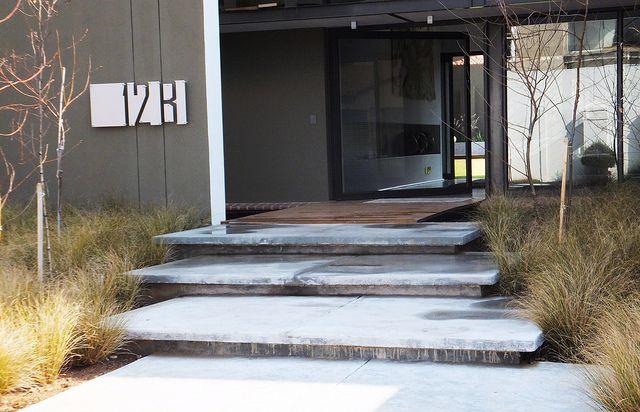 Modern landscaping entr e de maison espace vert et entr e for Amenagement espace vert maison