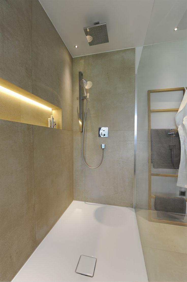 Freistehende Designerwanne Mit Gepolsterter Sitzbank Frei Begehbare Dusche Mit Hand Und Regenbrause Begehbare Dusche Moderne Dusche Badezimmer Ohne Fenster