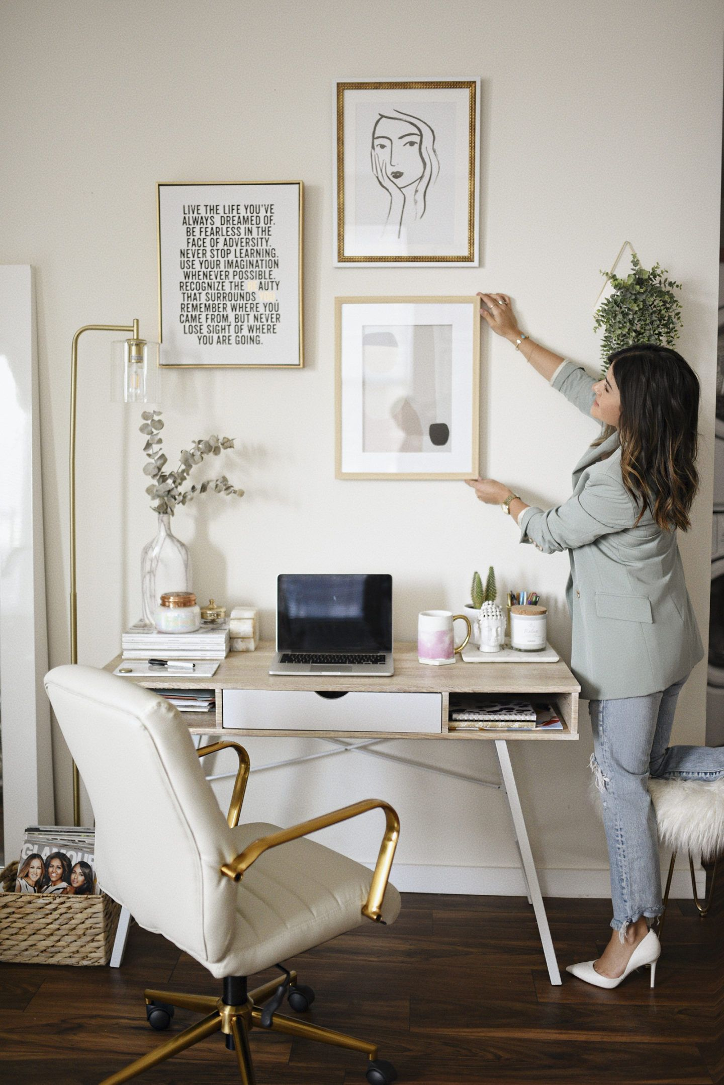 Home office decor ideas for those who enjoy a space with neutral colors, marble accents, minimalist wall art and simple but eyet chic gold accessories.