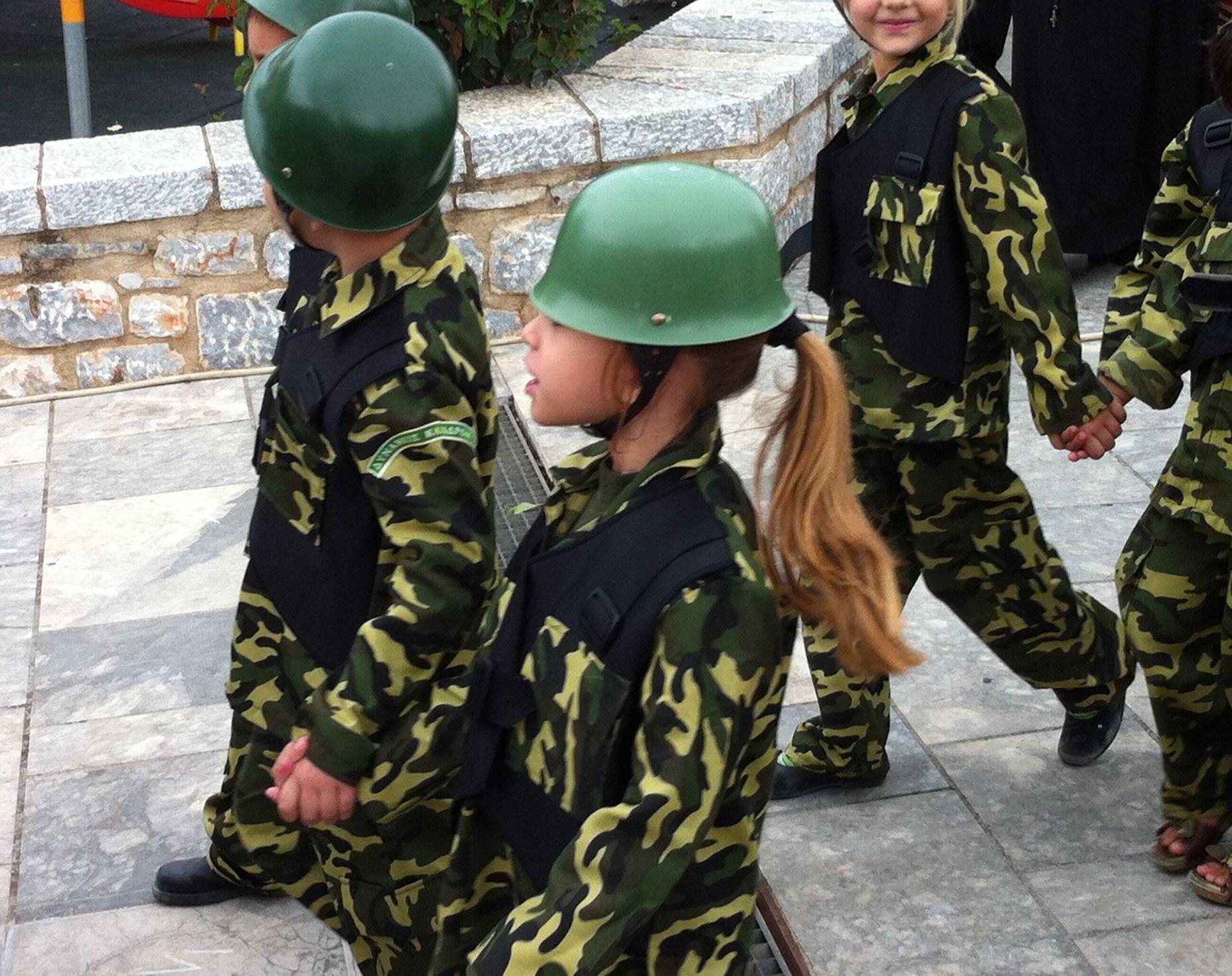 Οι γονείς που ντύσαν τα νήπια στην παρέλαση στην Αρεόπολη με παραλλαγή και κράνη, τι όνειρα έχουν για τα παιδιά τους;