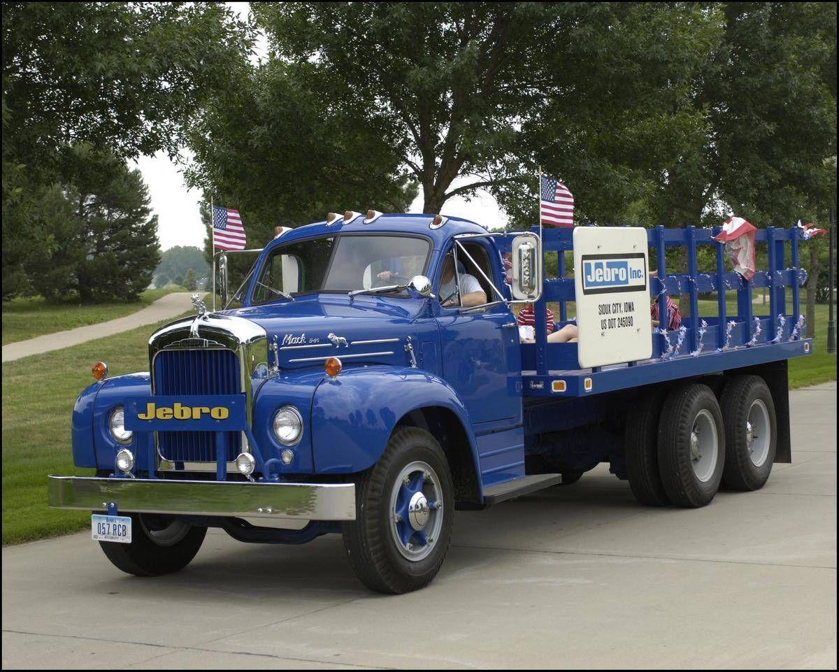 1954 Mack B30.