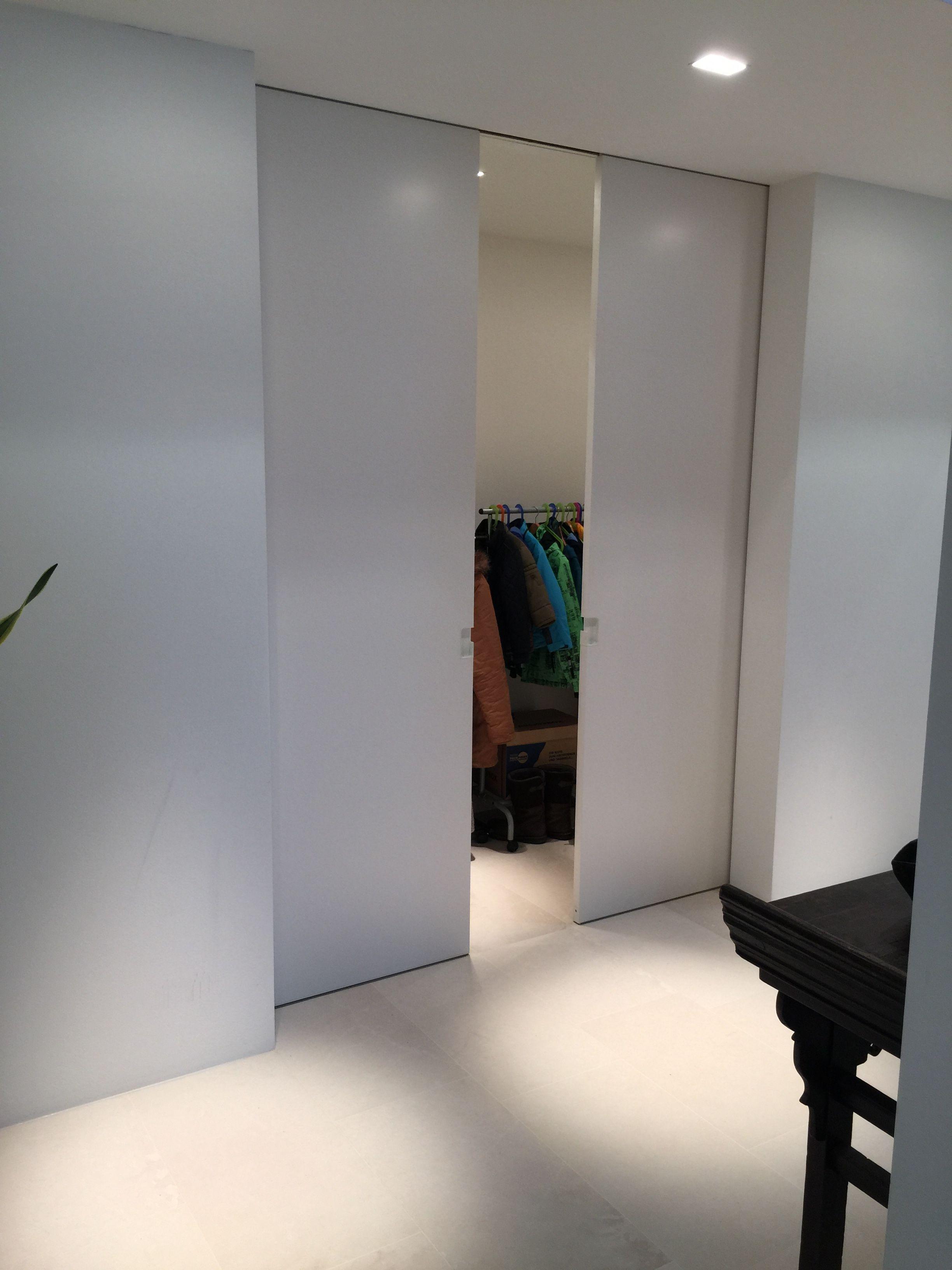 schiebet re h ngend mit fl chenb ndiger deckenschiene wp00 in lackiert ral9010 porta. Black Bedroom Furniture Sets. Home Design Ideas