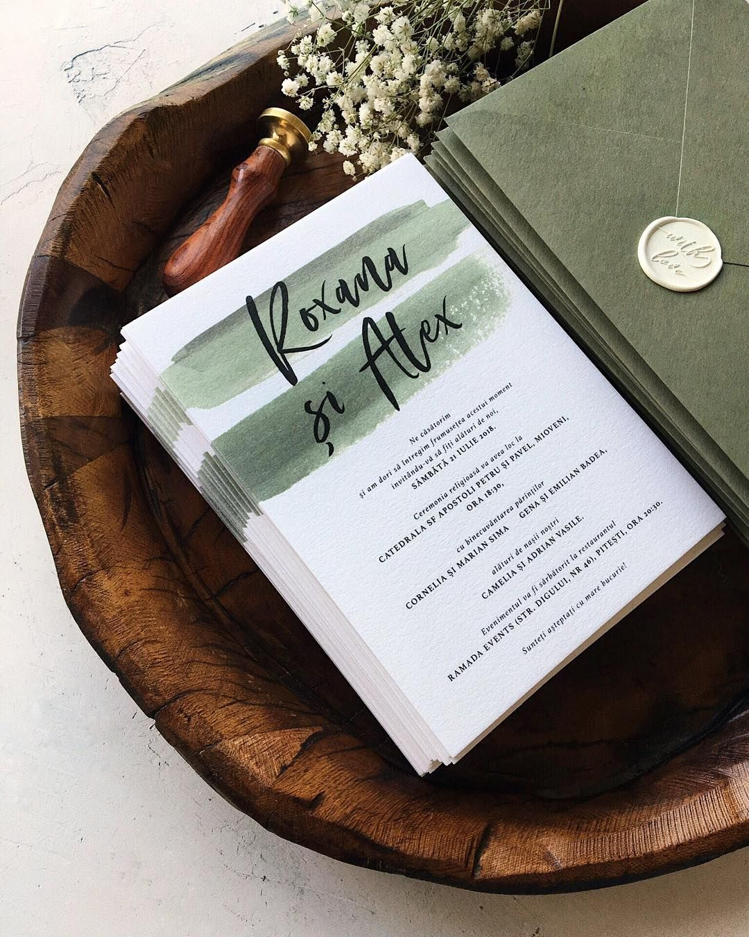 Minimalist green wedding invitations, handmade green envelopes and white wax seal / © PAPIRA invitatii de nunta personalizate si sigilii de ceara #invitatiinunta #invitatii #menus
