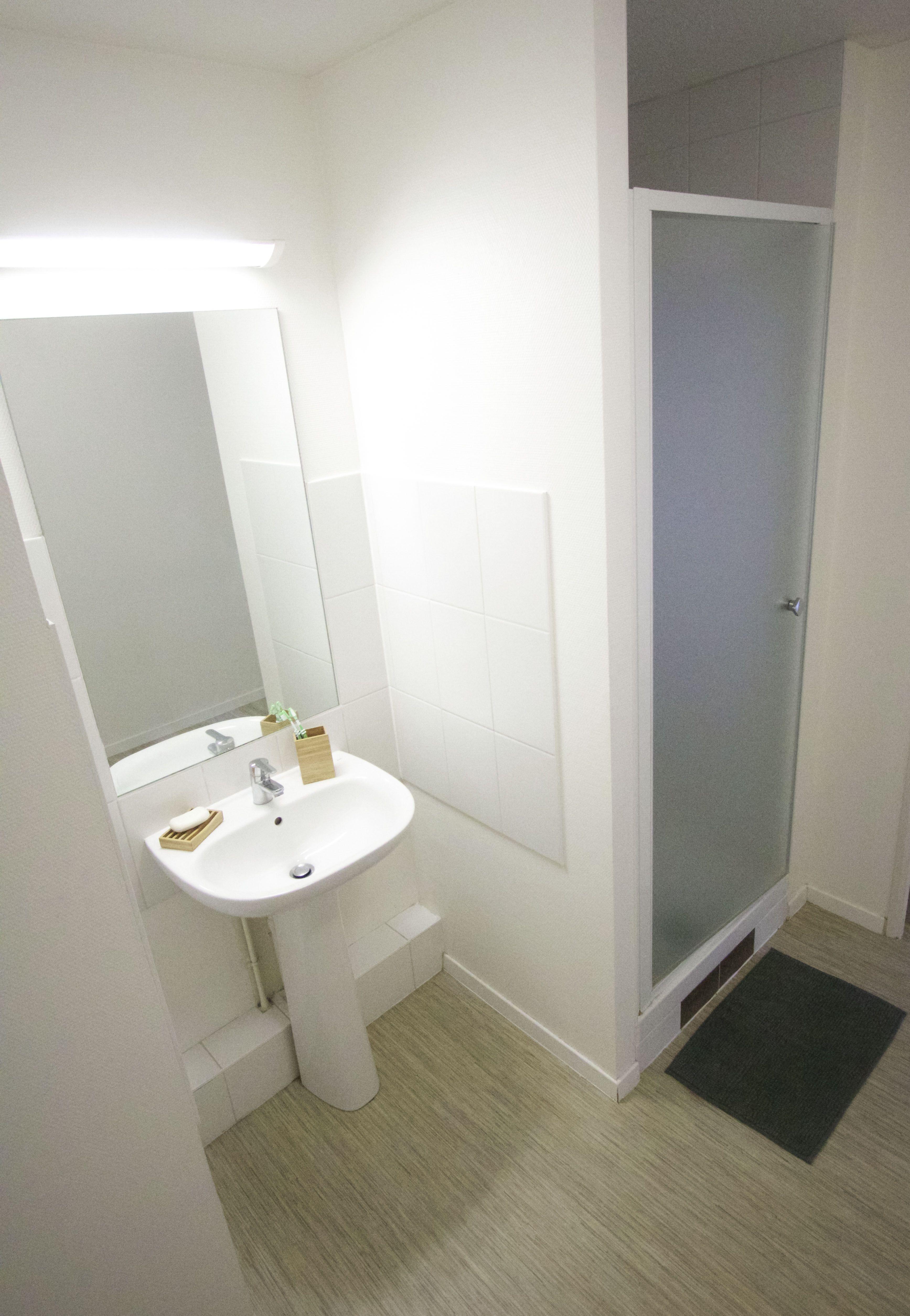 chaque salle de bain est quip e d 39 un lavado sur pied d 39 une douche avec porte en verre et d 39 un. Black Bedroom Furniture Sets. Home Design Ideas