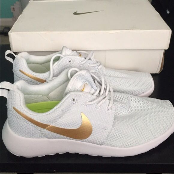 White gold roshes White and gold roshe have 2 sz 8.5 comes with no box no  trades please. On Ⓜ️ercari for 110! Nike Shoes Athletic Shoes a5dc47824