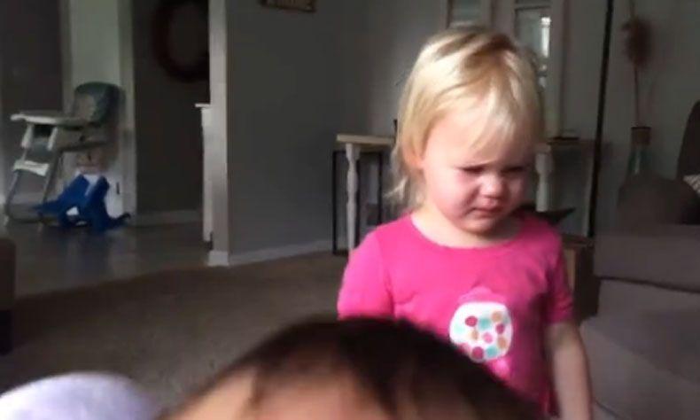 Wanneer dochter Ellia huilend de kamer binnenkomt, voelt haar moeder: dit wordt een hele lange dag. Maar dan gebeurt er iets bijzonders.