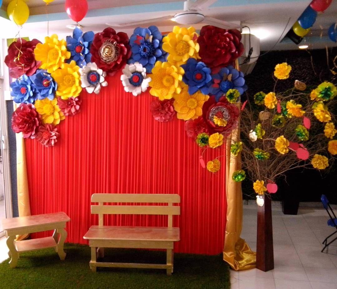 Lindo Panel De Tela Plisada Color Rojo Con Flores Dugorche En Tonos Azul Rojo Y Ama Decoración De Fiestas Infantiles Fiesta De Colores Fiestas De Blancanives