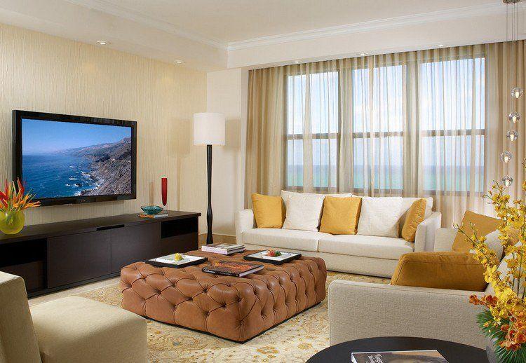 meuble salon wengé, canapés blancs et ottoman en cuir marron
