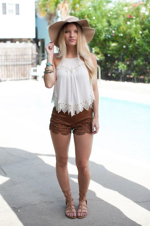 d2af0e6b0aa7 Moda Boho · White lace trimmed tank with brown suede shorts Vestito A  Pantaloncinio Marrone