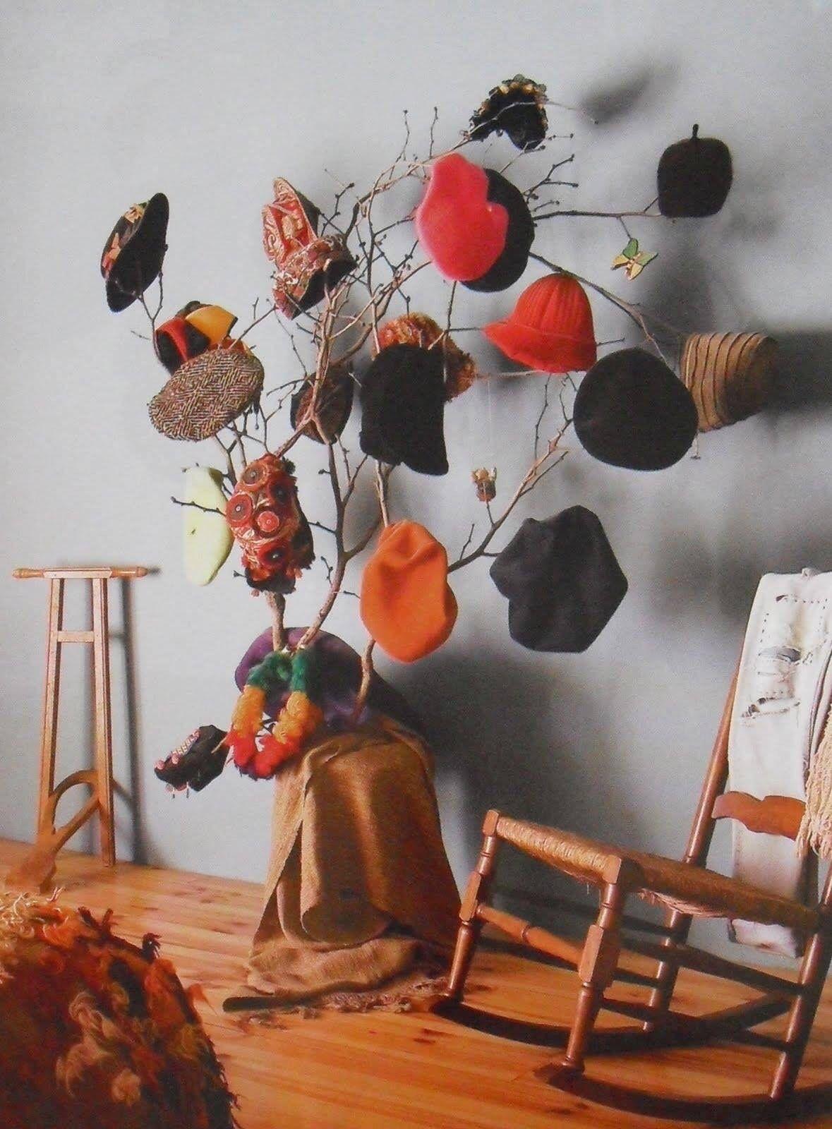 No sabes que hacer con una rama  Este perchero para sombreros es ... 44c69fb5585