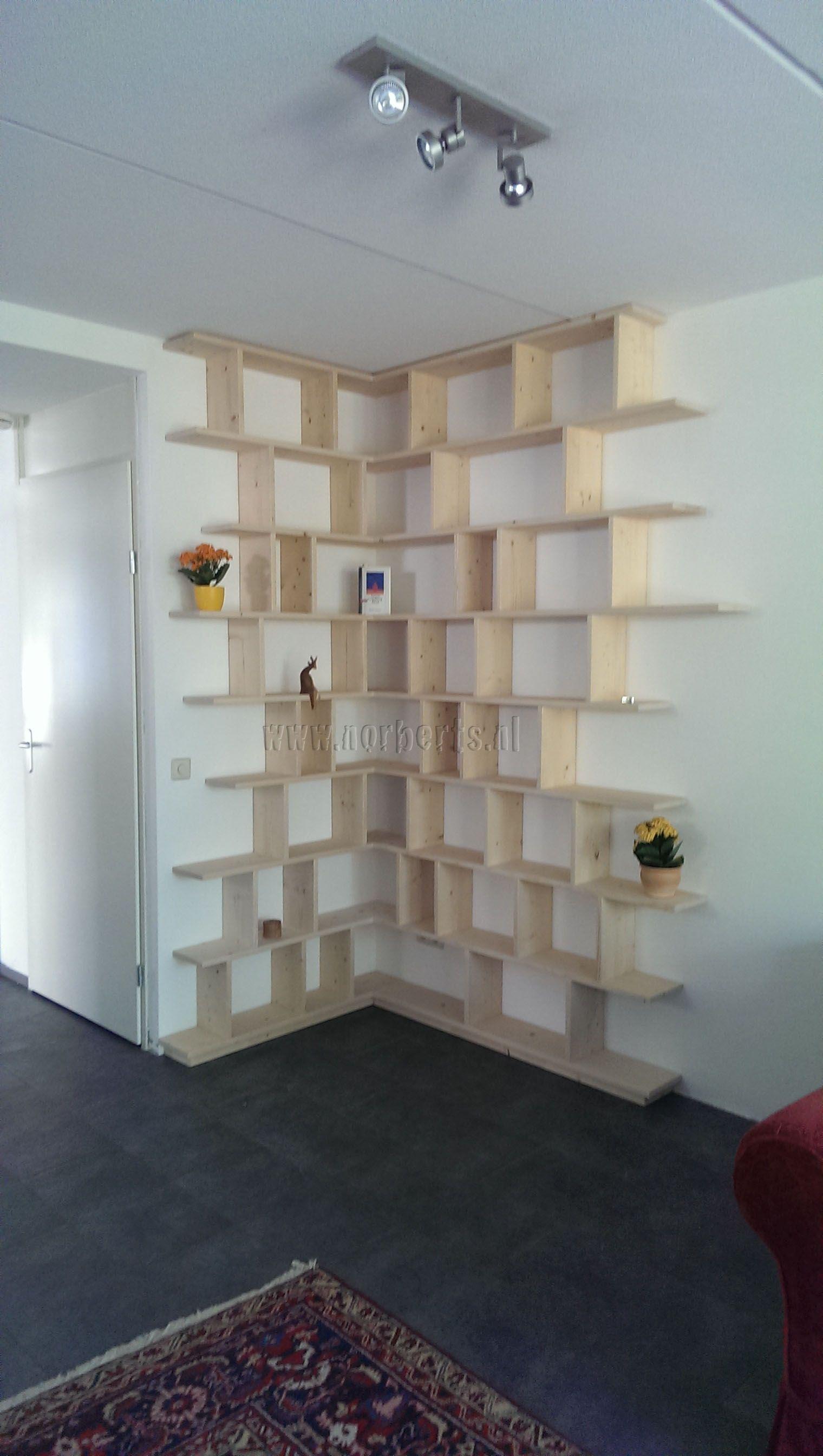 Massief vuren hoek boekenkast op maat, onzichtbaar afgewerkt zodat de ...