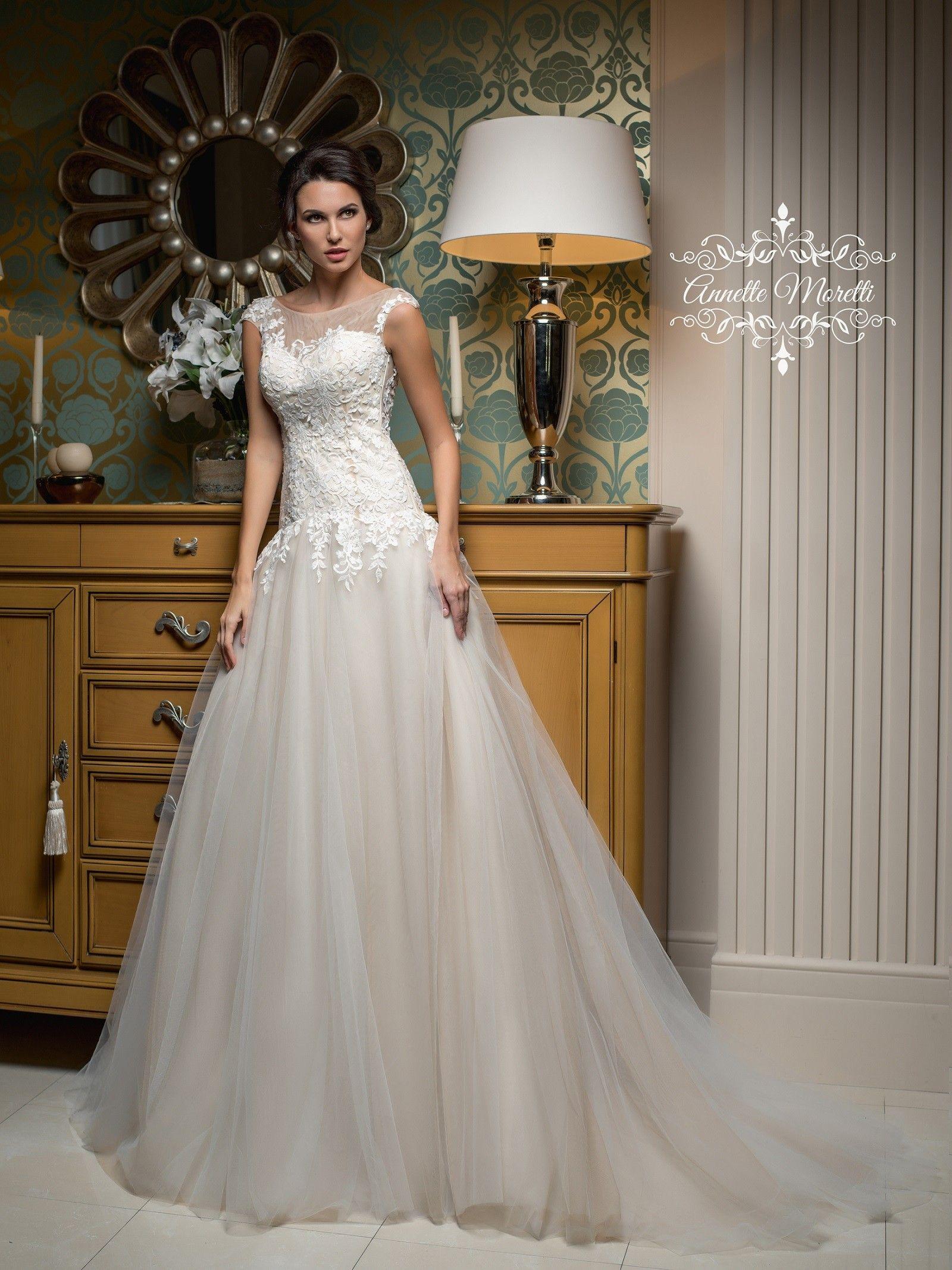 e1bddc3794b9 Krásne svadobné šaty s jemnou sukňou a s krajkovaným vrškom ...