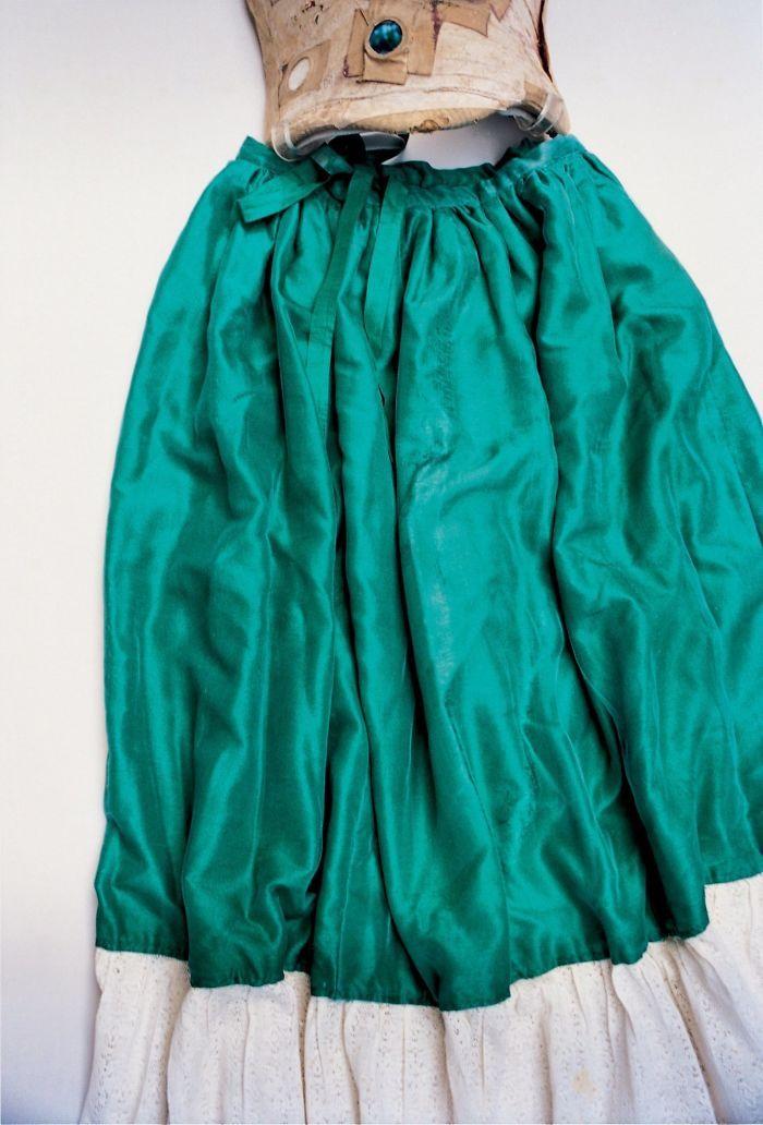 09d4fbdeb Frida Kahlo - Falda de seda verde y encaje unida a uno de sus corsés ...