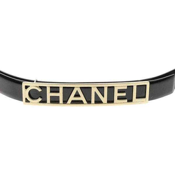 Pre-owned Chanel Black Patent Leather Gold Buckle Belt 75/30 ($500) ❤ liked on Polyvore featuring accessories, belts, patent leather skinny belt, skinny belts, summer belts, oversized belt and chanel belt