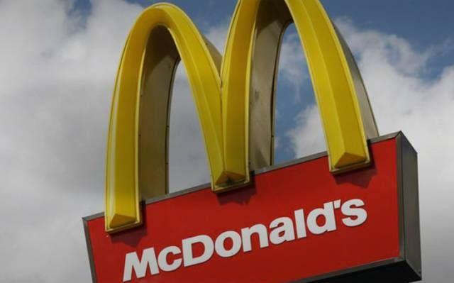 عمال ماكدونالدز يتظاهرون لرفع الأجور ل دولارا بالساعة مباشر تظاهر المئات من العاملين فى ماكدونالدز Mcdonalds Fast Food Mozzarella Cheese Sticks
