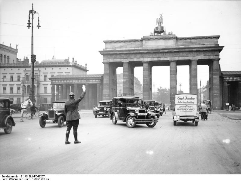 Berlin Polizist Vor Dem Brandenburger Tor 1933 Brandenburger Tor Berlin Brandenburger Tor Berlin