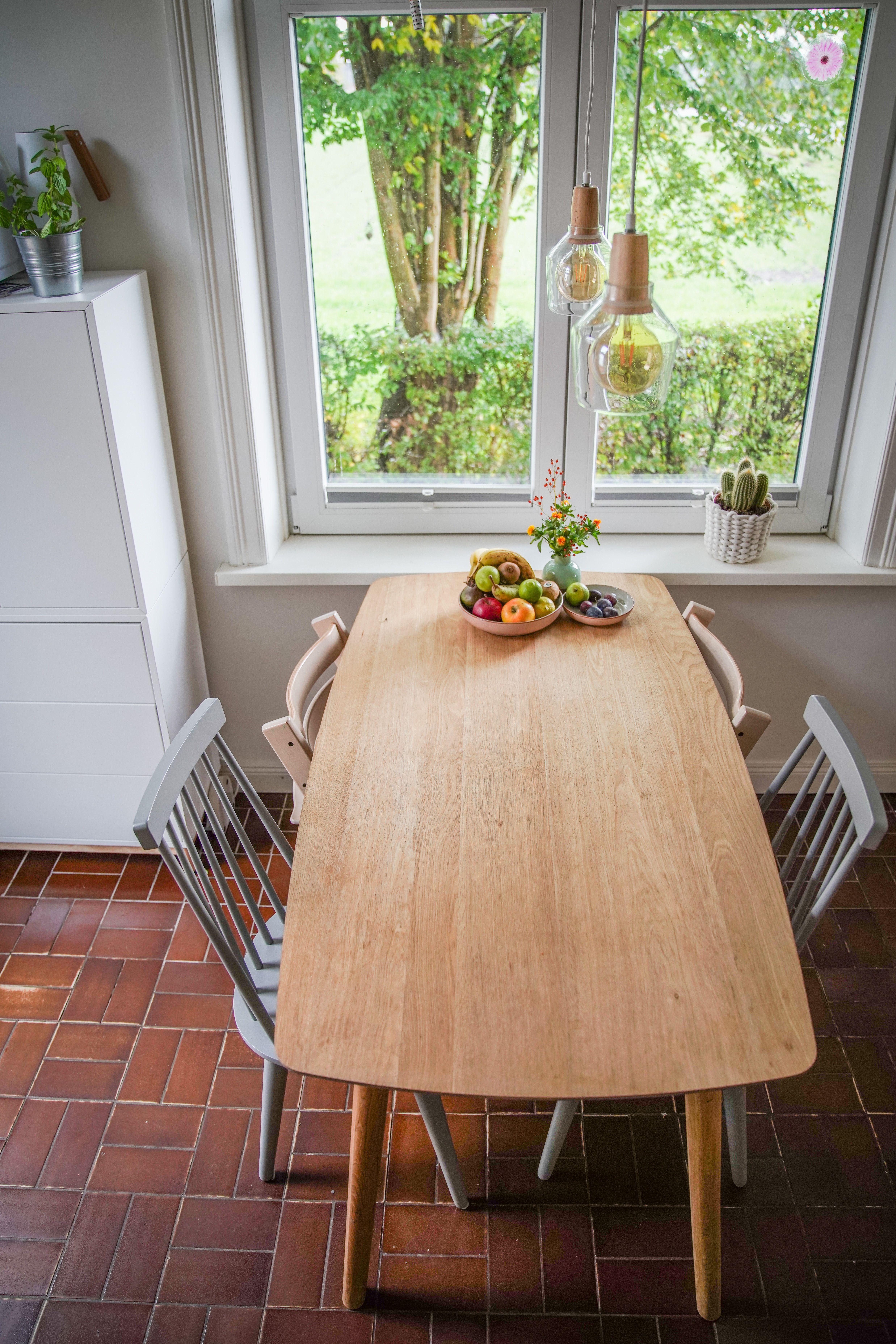 Unser Holztisch und dir grauen Holzszühle in meiner skandinavischen