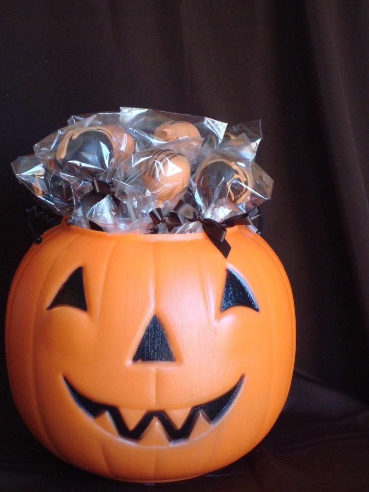 What better way to celebrate #Halloween than with #cakepops?!