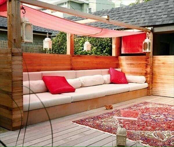 Envie de fabriquer un salon de jardin en palette pas mal comme idée déco les palettes bois pour avoir une table basse une banquette de jardin originale
