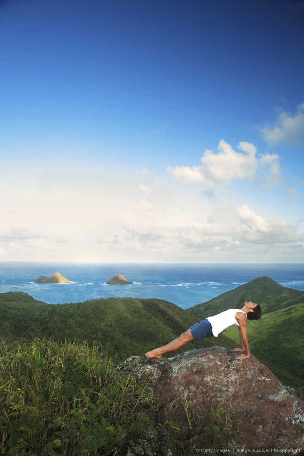 Hawaii, Oahu, Lanikai, Male hiker admiring view of doing