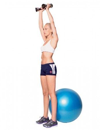 Eleve o corpo, concentrando a  força nas pernas. Ao mesmo tempo, estenda os braços acima da cabeça, ainda segurando os pesos.