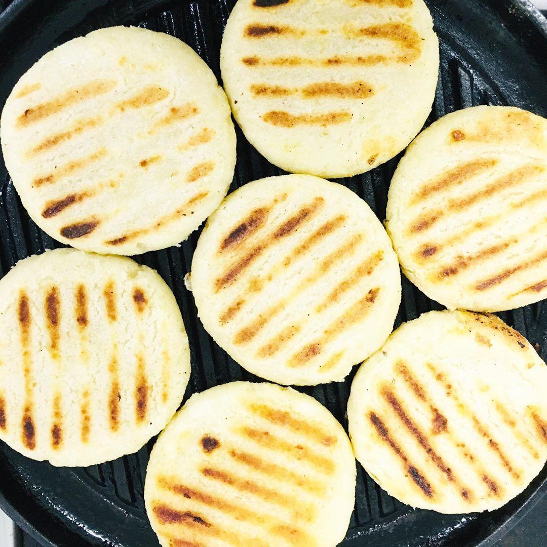 Arepas De Queso Bogotanas 10 Pax 200 Gr Masa De Maíz Peto 200 Gr Harina De Maíz Precocida Blanca 125 Gr Queso Fresco O Costeño B Food Breakfast Pancakes