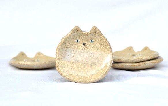 猫の顔の小皿です。 うっすらと積雪した雪景色をイメージした子猫のお皿にアクセサリーを載せたり、お醤油入れとしてや、おつまみ入れなどにお使いください。手書き、手...|ハンドメイド、手作り、手仕事品の通販・販売・購入ならCreema。