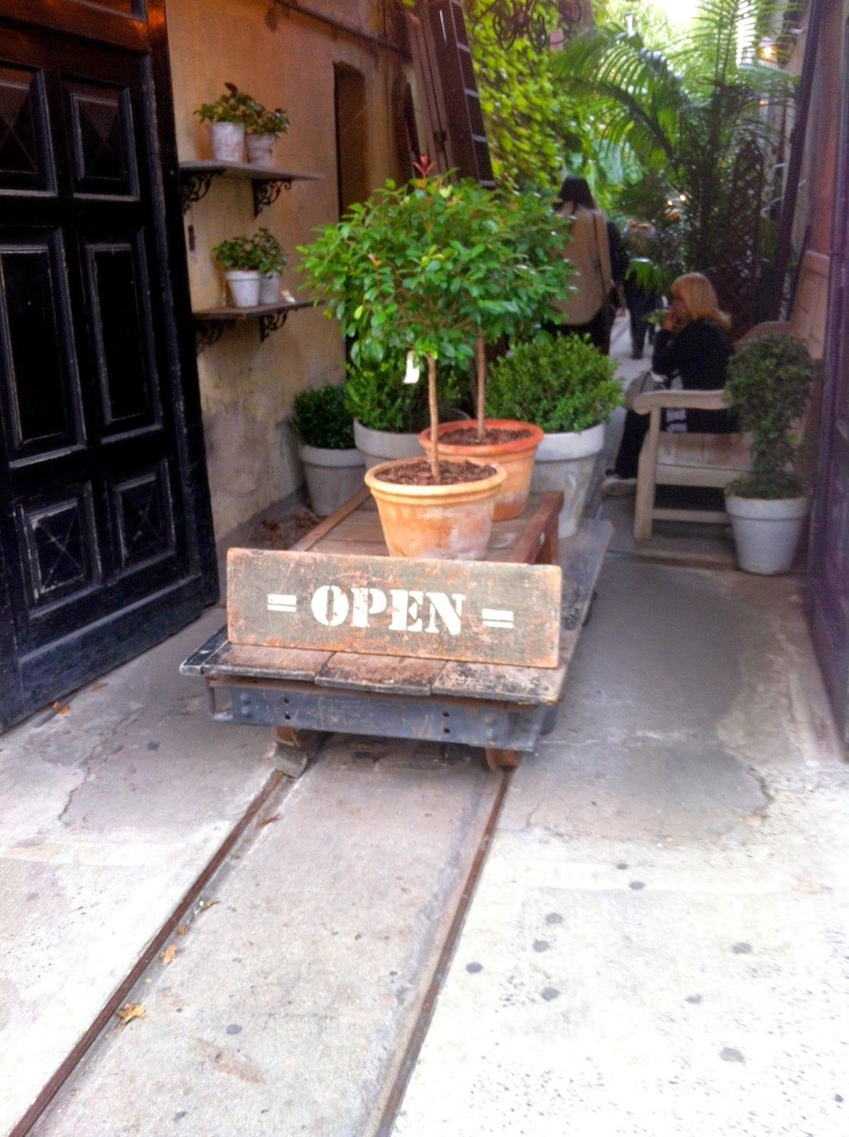 lugar comercial ,plaza serrano, buenos aires, argentino