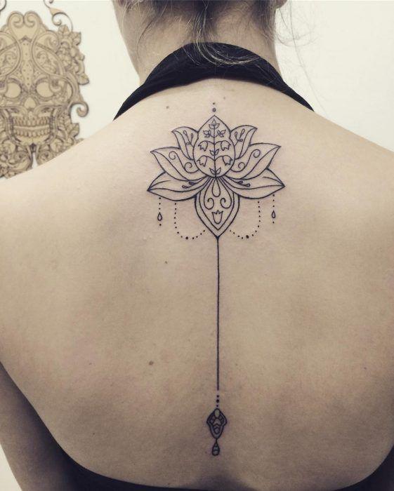 15 Disenos De Pequenos Tatuajes Femeninos Que Te Haran Lucir Aun Mas Linda Tatuajes Flor De Loto Flor De Loto Espalda Tatuajes Femeninos