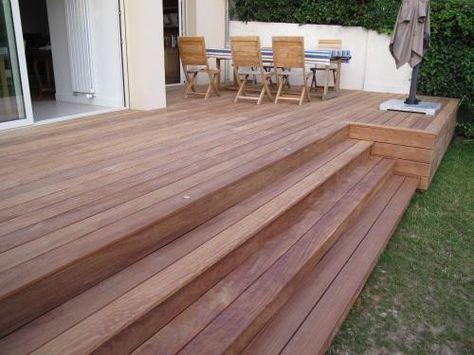 Holzdeck mit Stufe