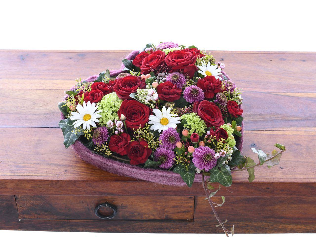 Herz rote Rosen und Chrysanthemen  Blumen Herz