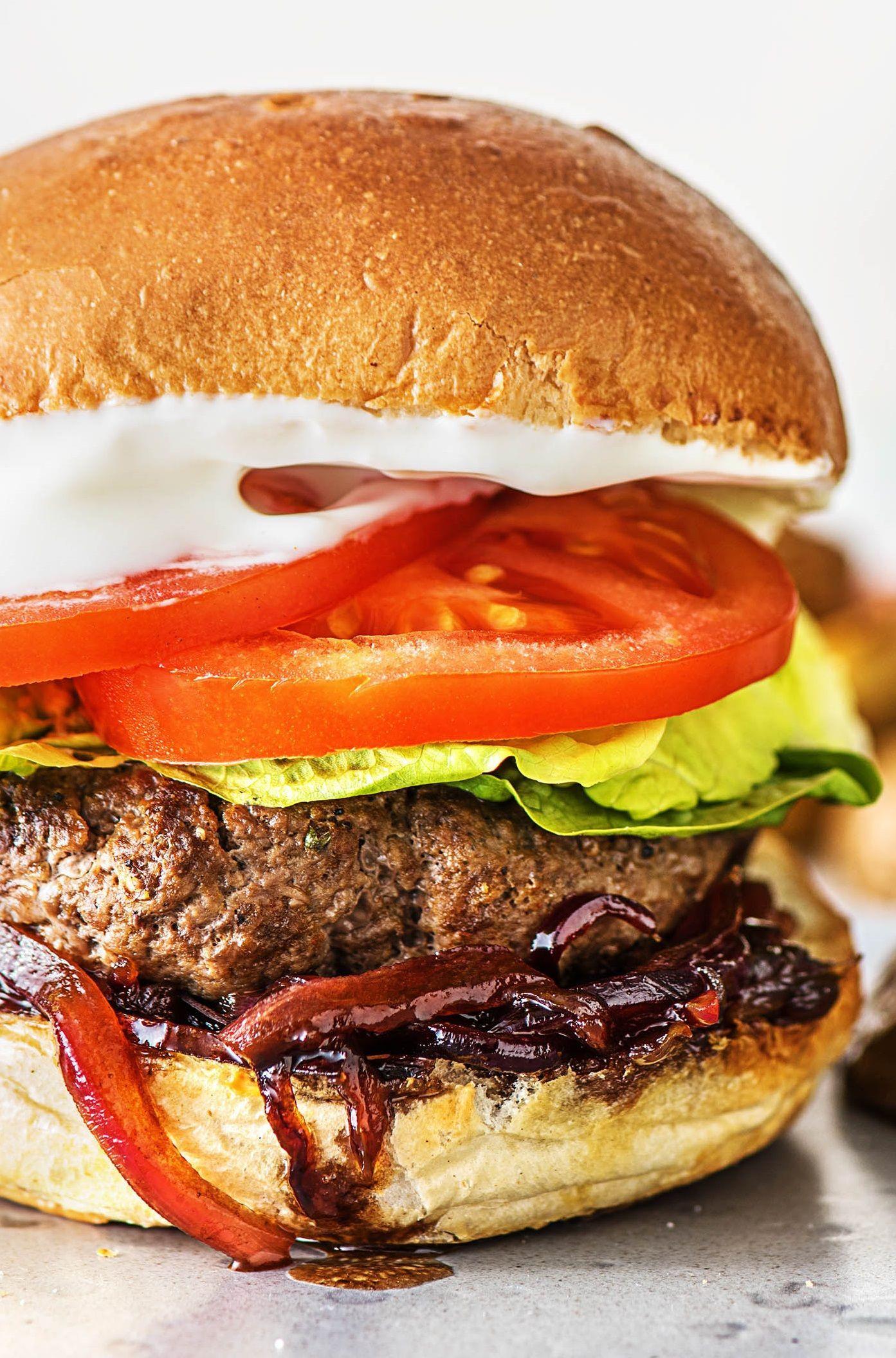 Marokkanische Rindfleisch-Burger mit würziger Zwiebelade und ...