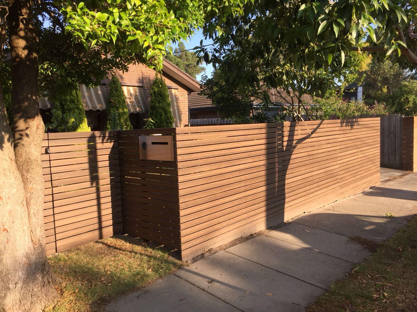 modwood fence with black posts. black butt colour. | zaungestaltung