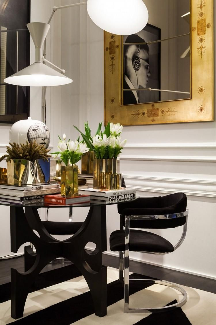 table d'appoint, fauteuil, lampes, vases et cadre dorés