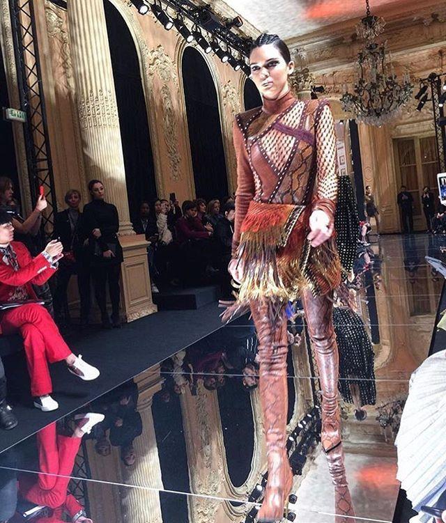 A @Balmain apresenta agora sua coleção de inverno 2017-2018 na Semana de Moda de Paris. Na foto @KendallJenner mostra um dos looks que já aponta uma tendência: franjas. #pfw #balmain  via MARIE CLAIRE BRASIL MAGAZINE OFFICIAL INSTAGRAM - Celebrity  Fashion  Haute Couture  Advertising  Culture  Beauty  Editorial Photography  Magazine Covers  Supermodels  Runway Models