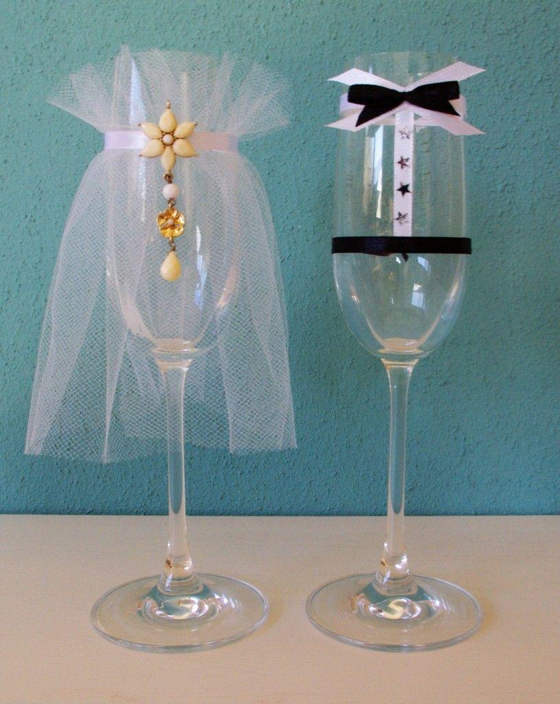Sektgläser als Brautpaar verkleidet Hochzeit Dekoration