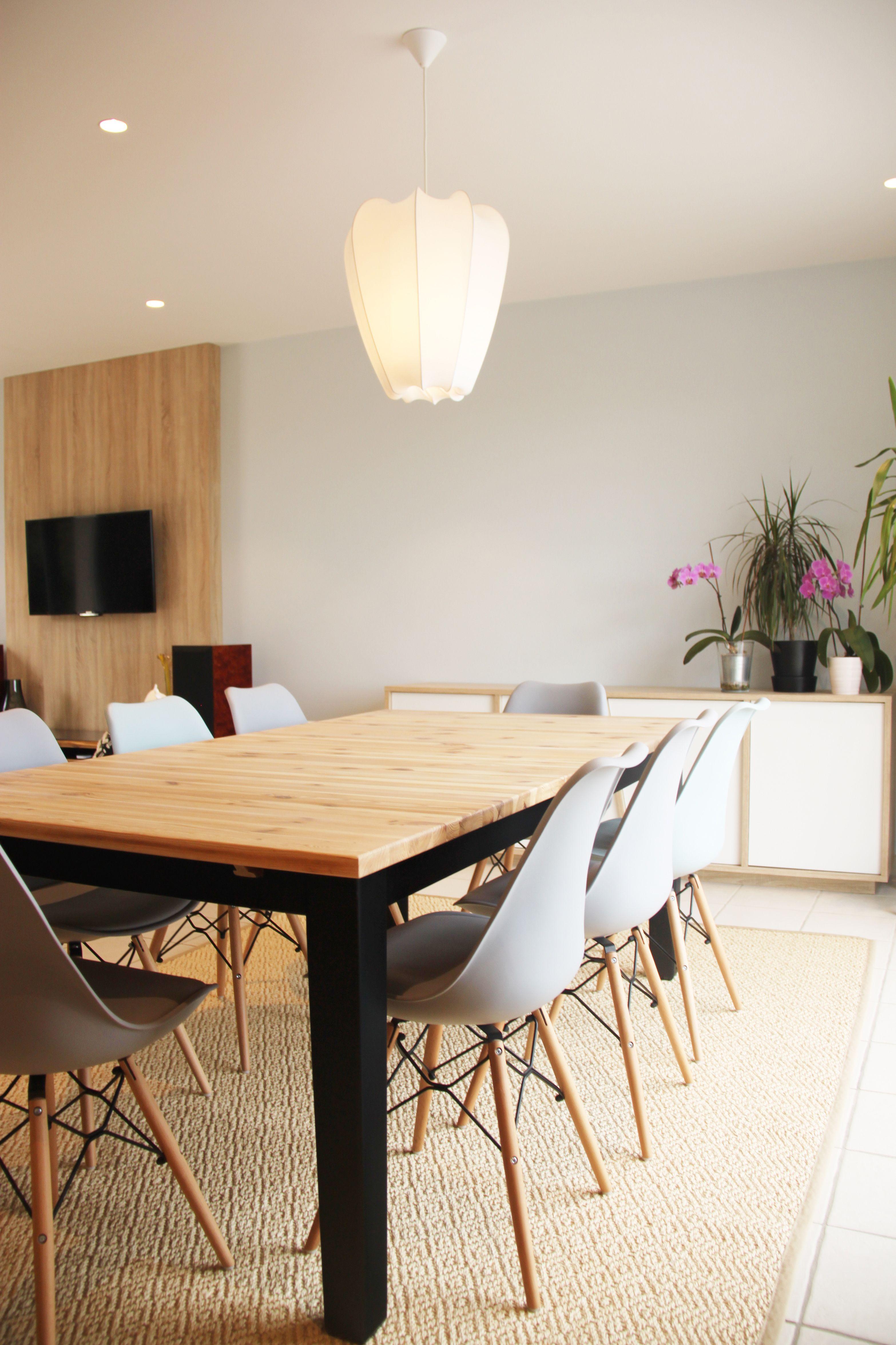 Salle à manger avec table en bois clair pied noir sur tapis ...