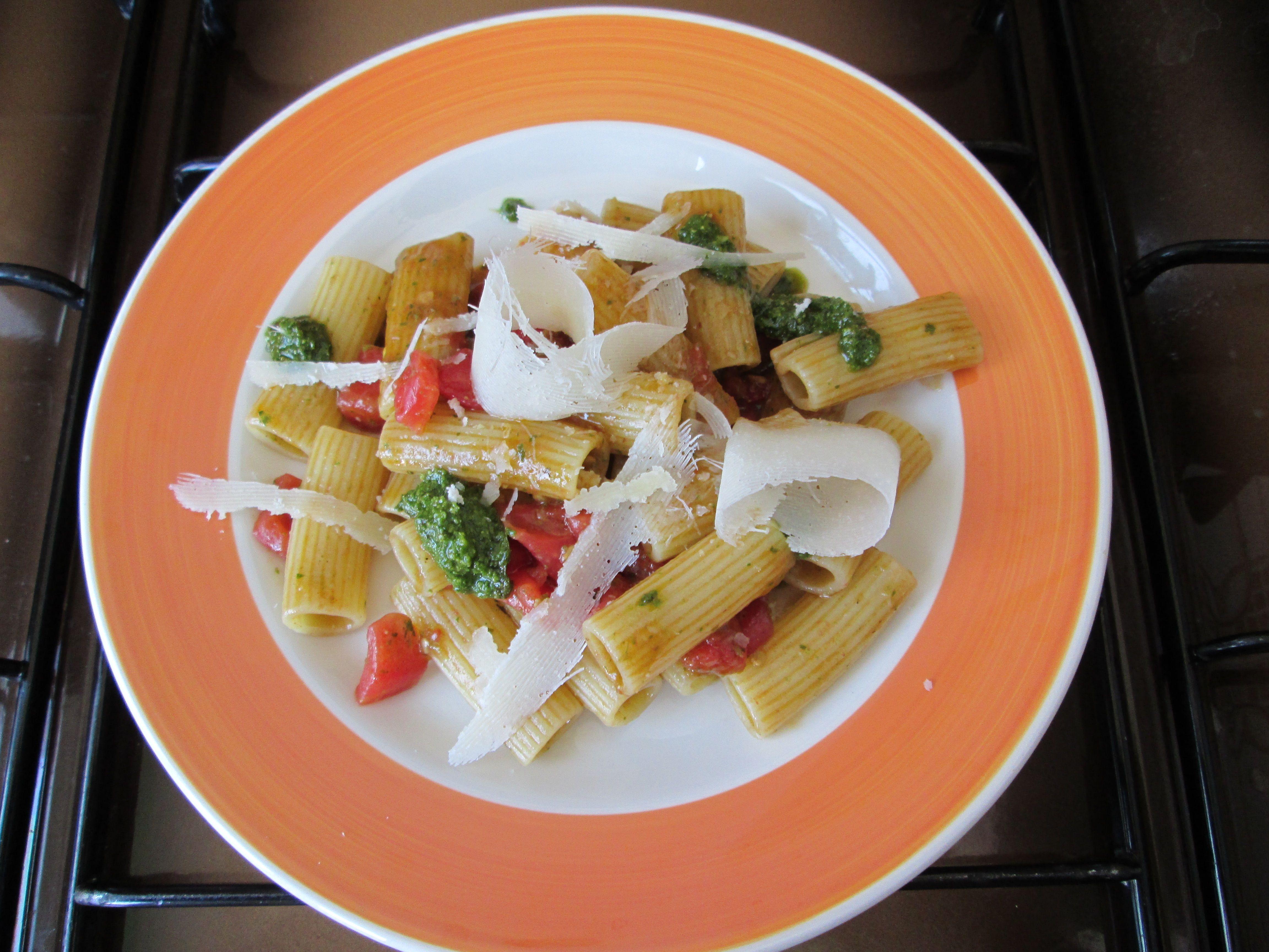 Pasta   Rigatoni   tomate   fromage  grana  pesto  de  basiliqeu  aux  genois   Gino D'Aquino