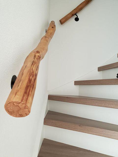 Houten boomstam trapleuning. Verkrijgbaaar op webshop www.decoratietakken.nl #halinrichting