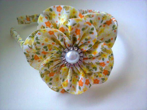 Tiara flor em tricoline,com pérola e strass.