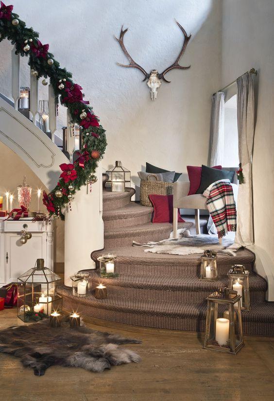 Nostalgische Weihnacht - Traditionelle Deko im Santa Style! Du sehnst Dich nach der Weihnachtsmagie von früher? Als wir uns jeden Tag mehr auf die festliche Zeit gefreut haben. Diese Vorfreude lässt sich mit einer zauberhaften Weihnachtswelt im nostalgischen Stil so richtig zelebrieren. Mit Deko in Rot, Grün und Gold, strahlendem Kerzenlicht und einem traditionell geschmückten Baum. Nostalgisch schön! // Weihnachten Weihnachtsdeko Dekoration Ideen Deko Winter #Weihnachten #Weihnachtsdeko #gemütlicheweihnachten