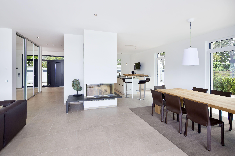 Modernes bungalow innenarchitektur wohnzimmer küche ess und wohnbereich sind offen gestaltet und lförmig