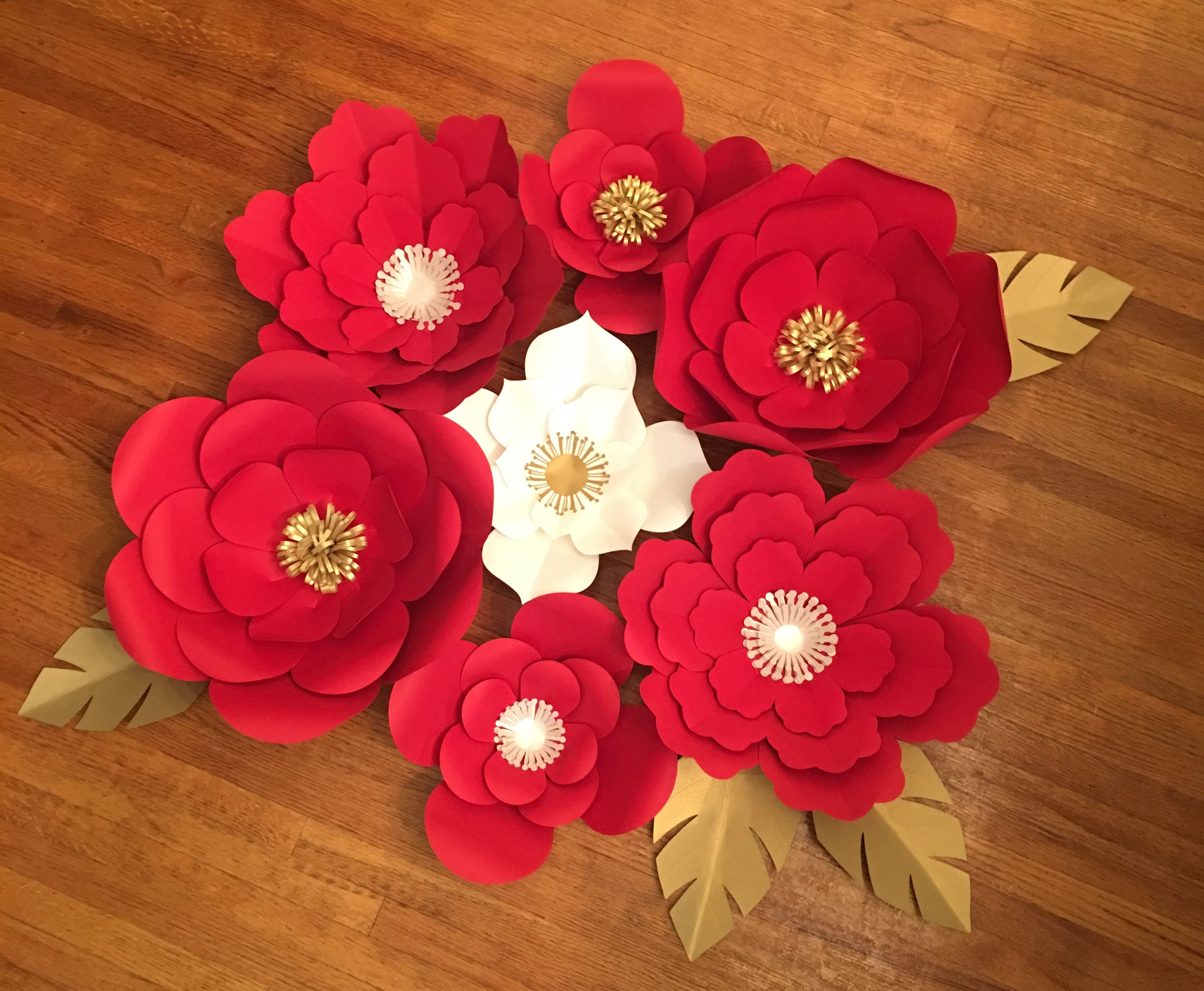 Romantic red and white paper flowers party backdrop decor  Flores