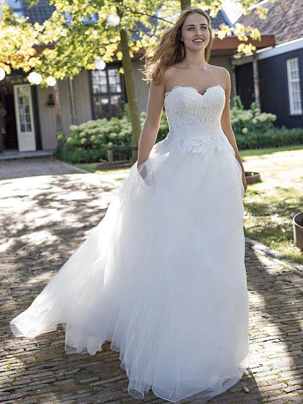 Schulterfreies Brautkleid in A-Linie mit langer Schleppe