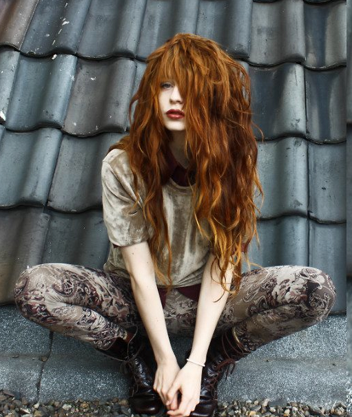 omigosh her hair!!! ♥♥♥♥ grunge style. loveeee. and her hairrrrrrrr...love this color